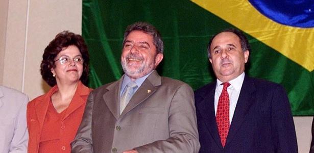Foto de dezembro de 2002 mostra o então presidente eleito Lula entre Dilma Rousseff (ministra de Minas e Energia) e Cristovam Buarque (ministro da Educação)