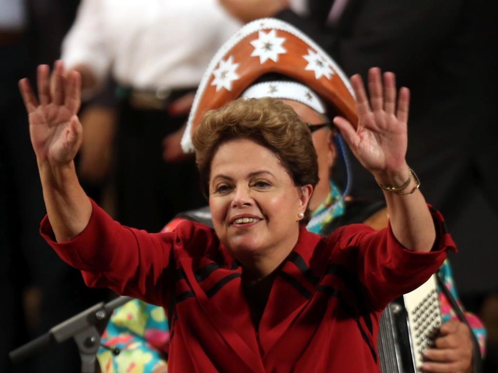20.out.2014 - A presidente e candidata à reeleição pelo PT, Dilma Rousseff, participa de plenária de artistas e intelectuais no Teatro da Universidade Católica de São Paulo (Tuca), na zona oeste de São Paulo. Pela primeira vez neste segundo turno, Dilma aparece numericamente à frente do adversário na disputa, Aécio Neves (PSDB), em intenções de voto para a Presidência da República, de acordo com o Datafolha. Dilma alcançou 52% das intenções de votos válidos, sem contar os votos nulos e em branco. Aécio está com 48%