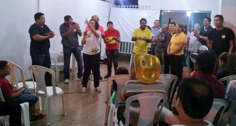 21.out.2014 - A deputada federal Fátima Pelaes (PMDB) (à esq. com o microfone) reuniu sua militância, em Santana, no Amapá para oficializar seu apoio ao candidato ao governo Camilo Capiberibe (PSB) (ao centro de camisa amarela), na noite desta terça-feira (20).