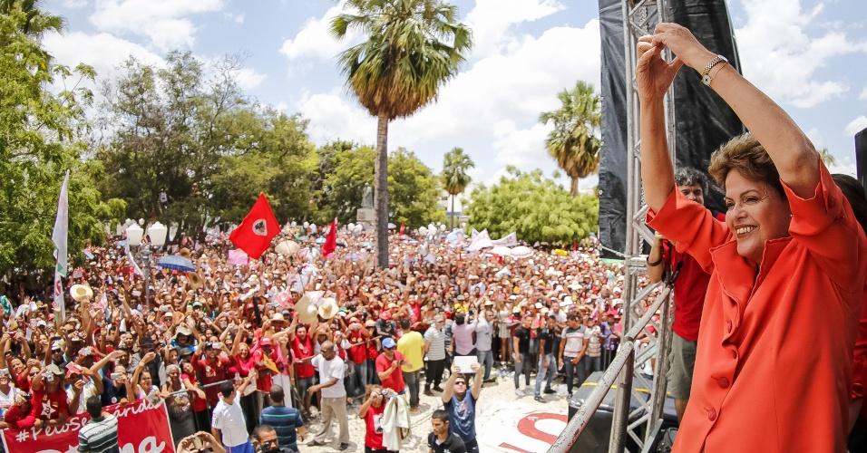 21.out.2014 - A presidente e candidata à reeleição pelo PT, Dilma Rousseff, faz sinal de coração com as mãos para seus eleitores durante encontro em Petrolina, em Pernambuco, nesta terça-feira (21). Dilma apareceu numericamente à frente de Aécio Neves (PSDB) pela primeira vez neste segundo turno, de acordo com o Datafolha. Impulsionada pela pela melhoria de seu desempenho no Sudeste, Dilma alcançou 52% e Aécio ficou com 48% das intenções de voto