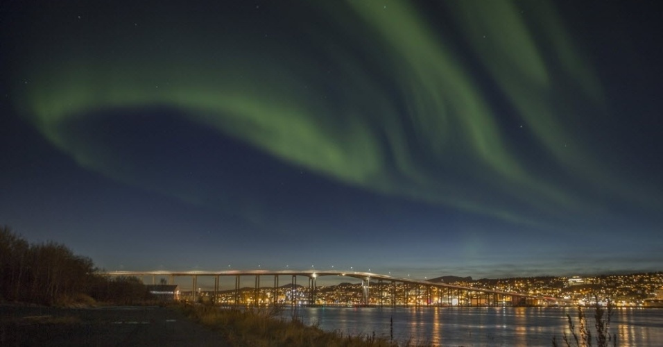 21.out.2014  - Aurora boreal ilumina o céu em cidade de Tromso, norte da Noruega
