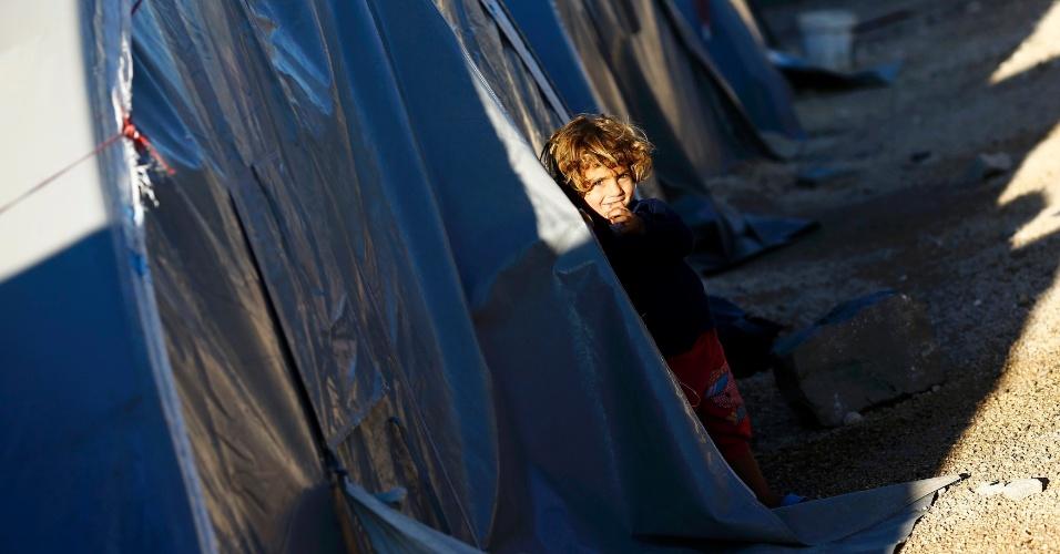 21.out.2014 - Criança curda vinda da cidade de Kobani, na Síria, em campo de refugiados montado na cidade turca de Suruc. A Turquia vem recebendo milhares de refugiados sírios desde o agravamento da crise na região devido à perseguição do Estado Islâmico contra a minoria curda na fronteira entre os dois países