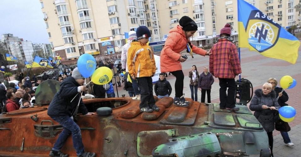 21.out.2014 - Crianças brincam nas ruas de Kiev, na Ucrânia, com tanques de rebeldes pró-russos que foram interceptados pelo exército ucraniano. A Ucrânia solicitou um empréstimo de dois milhões de euros a Comissão Europeia para cumprir o projeto de lei de importação de gás russo para solucionar a crise na região