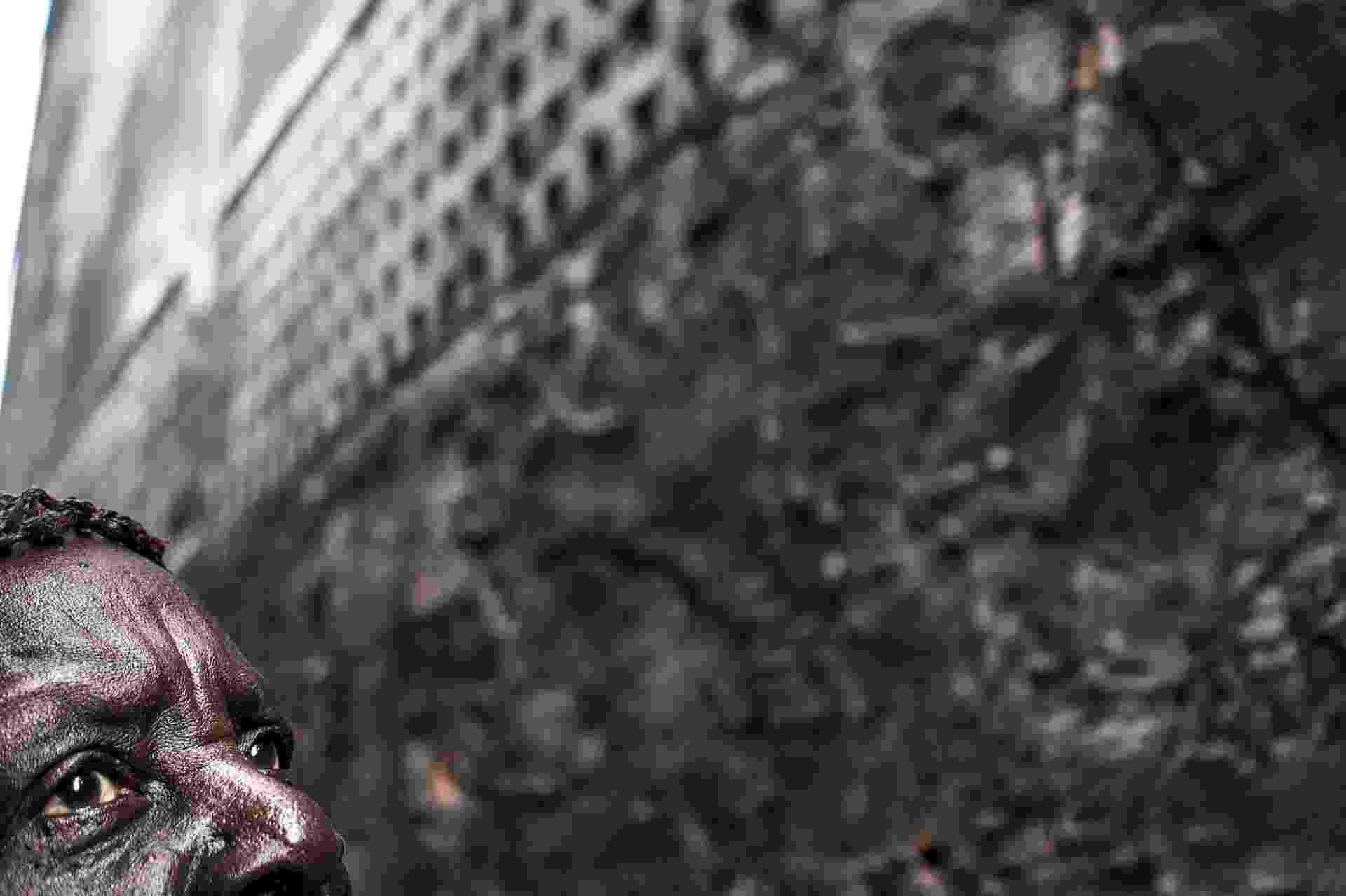 21.out.2014 - Deusdete Fonseca olha para cima enquanto é fotografada no bairro Praça 14  de Janeiro, em anaus, nessa segunda-feira (20). Ela é membro da Comunidade Negra do Barranco, em São Benedito. O vilarejo composto por 25 famílias foi definido como o segundo quilombo urbano a ser reconhecido no Brasil - Raphael Alves/AFP