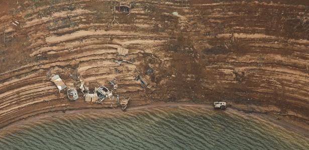 Imagem aérea mostra carcaças de veículos na represa Atibainha, em Nazaré Paulista (a 90 km de São Paulo), um dos reservatórios do sistema Cantareira - Moacyr Lopes Junior/Folhapress