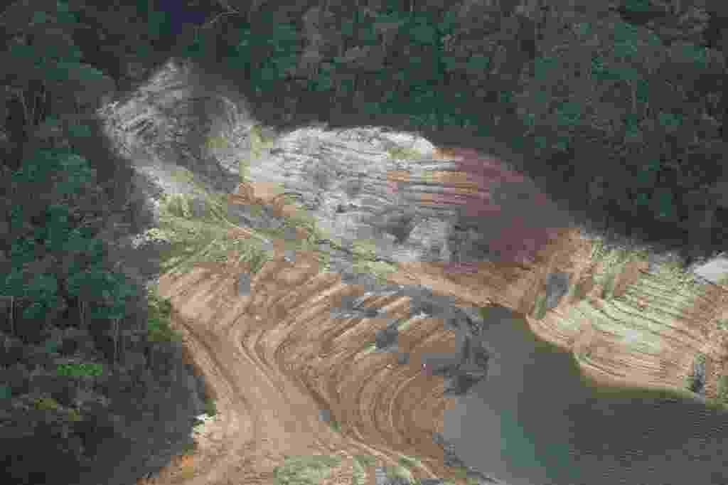 21.out.2014 - Imagem aérea mostra represa Atibainha, em Nazaré Paulista (90 km de São Paulo), um dos reservatórios do sistema Cantareira. A falta de chuva agrava ainda mais a situação do reservatório, que bateu novo recorde negativo nesta terça-feira (21), operando com apenas 3,3% de sua capacidade - Moacyr Lopes Junior/Folhapress