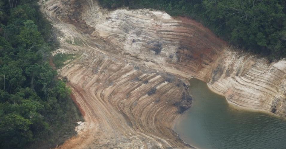 21.out.2014 - Imagem aérea mostra represa Atibainha, em Nazaré Paulista (90 km de São Paulo), um dos reservatórios do sistema Cantareira. A falta de chuva agrava ainda mais a situação do reservatório, que bateu novo recorde negativo nesta terça-feira (21), operando com apenas 3,3% de sua capacidade