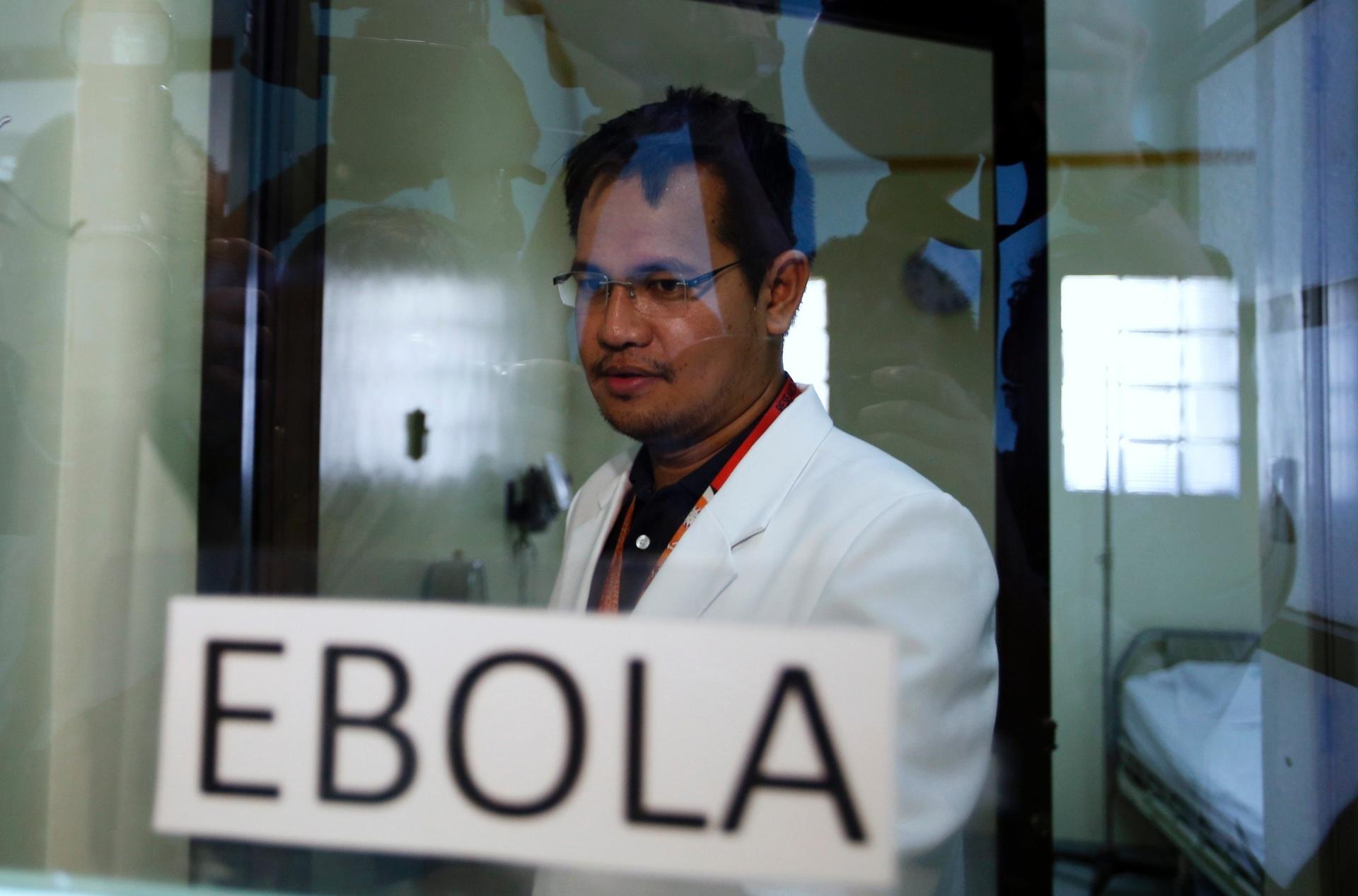 21.out.2014 - Médico visita ala de isolamento em hospital especializado em doenças tropicais na cidade de Alabang, nas Filipinas. O departamento de saúde nacional afirmou que o país está preparado para a ameça de eventuais casos de ebola em território filipino