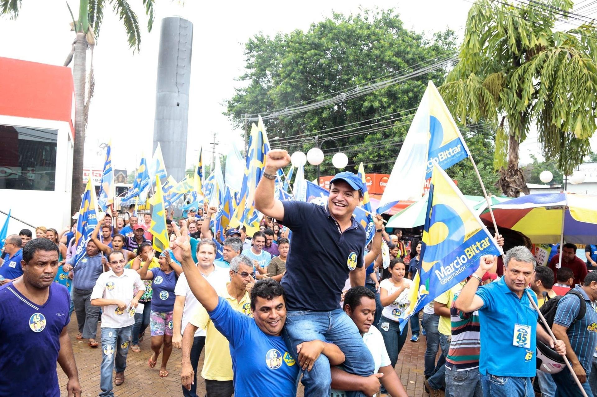 21.out.2014 - O candidato a governador do Acre Márcio Bittar (PSDB) realiza caminhada pelo centro de Rio Branco. Segundo a imprensa local, mais de 500 pessoas e diversos políticos da oposição participaram do ato