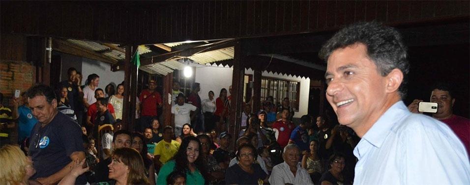 21.out.2014 - O candidato do PSDB ao governo de Rondônia, Expedito Júnior (à dir.), durante discurso com os moradores da Estrada da Penal, nesta segunda-feira (20). Os candidatos Confúcio Moura (PMDB) e Expedito Júnior (PSDB) aparecem tecnicamente empatados na primeira pesquisa Ibope divulgada nesta sexta-feira (17). Enquanto Mouro têm 51% dos votos válidos, Expedito Júnior aparece com 49%.