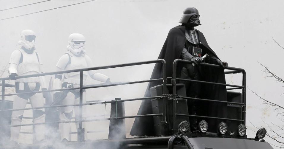 21.out.2014 -  O candidato oficial do Partido da Internet Ucraniano, vestido com o traje de Darth Vader, personagem da saga Guerra nas Estrelas, participa de um comício em Kiev, Ucrânia. A comissão eleitoral rejeitou a candidatura do personagem as eleições