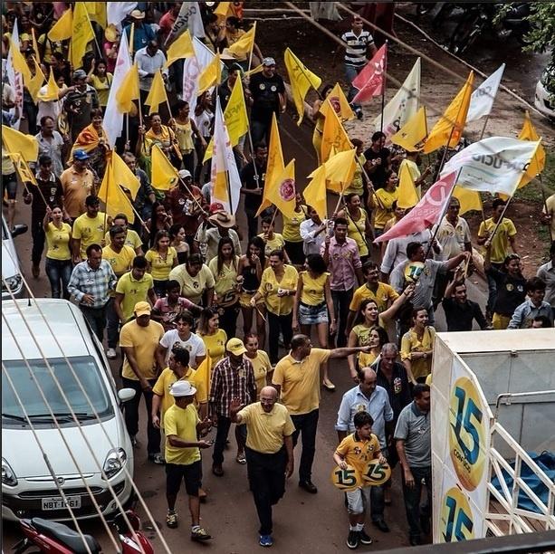21.out.2014 - O governador e candidato à reeleição pelo PMDB, Confúcio Moura, acena enquanto lidera caminha pelas ruas de Rolim de Moura, em Rondônia, nesta segunda-feira (20). Os candidatos Confúcio Moura (PMDB) e Expedito Júnior (PSDB) aparecem tecnicamente empatados na primeira pesquisa Ibope divulgada nesta sexta-feira (17). Enquanto Mouro têm 51% dos votos válidos, Expedito Júnior aparece com 49%.