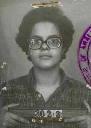 """Na ficha do SNI (Serviço Nacional de Informação) sobre Dilma, constavam informações dos momentos em que ela foi detida (foto) na época em que militou contra a ditadura militar. No documento mantido pelo regime, Dilma é considerada """"subversivo-terrorista"""" e """"pessoa de dotação intelectual apreciável"""""""