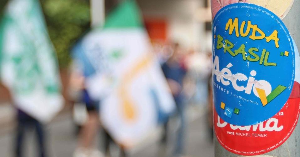 13.out.2014 - Apoiadores do candidato à Presidência da República pelo PSDB, Aécio Neves, fazem campanha na avenida Paulista, em São Paulo (SP)