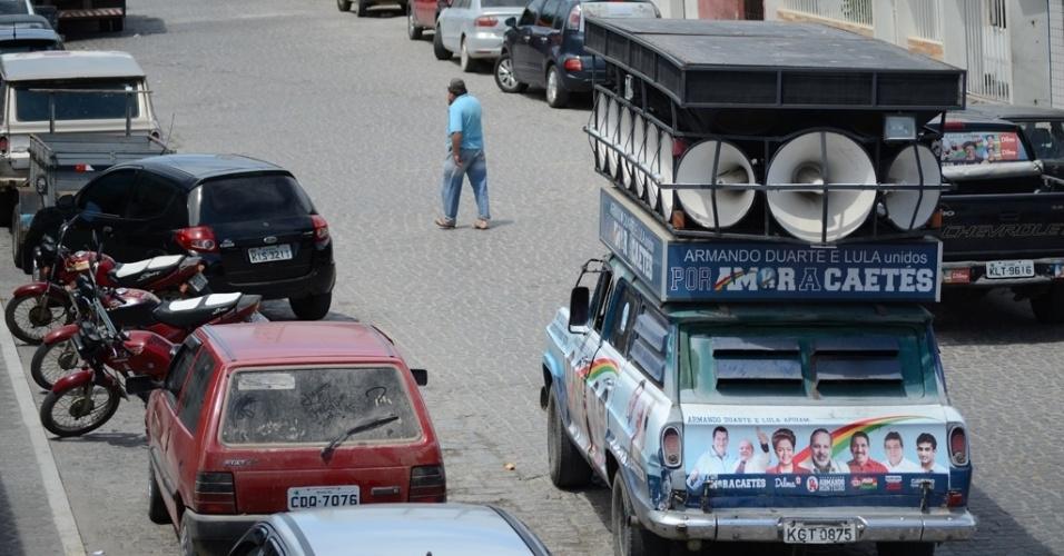 """21.out.2014 - Carro de som pede voto para """"candidata do Bolsa Família"""" e diz que programa foi """"salvação"""" da cidade em Caetés, em Pernambuco, terra natal de Lula"""