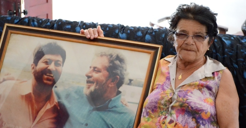 21.out.2014 - Florência dos Santos Ferreira, 66, aposentada, tem quadro na parede com a foto do ex-presidente Lula em encontro com um ex-prefeito de Caetés (PE) e teme retorno de tucanos ao poder