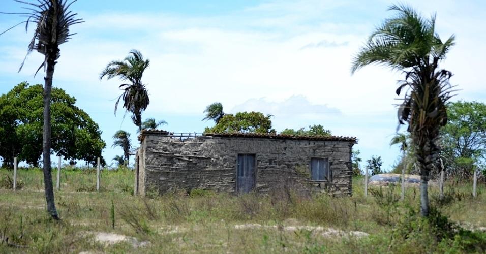 21.out.2014 - Réplica da casa de Lula está fechada e abandonada em sítio em Várzea Cumprida, em Caetés (PE), terra natal do ex-presidente