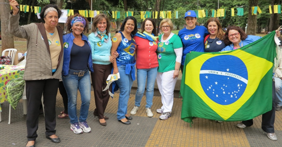 22.10.2014 - Voluntárias do PSDB organizam ato de militância em favor de Aécio Neves na Praça da República, em São Paulo