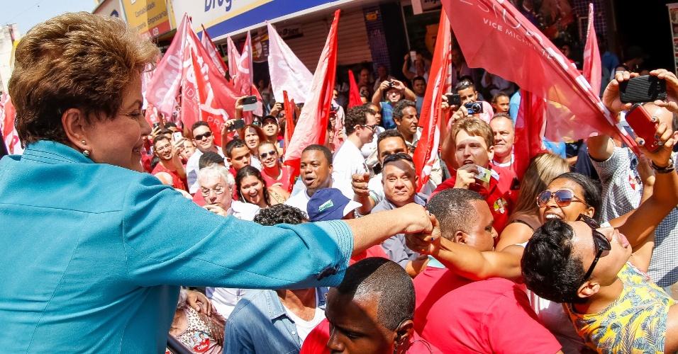22.out.2014 - A presidente e candidata à reeleição pelo PT, Dilma Rousseff, participou de uma caminhada em Uberaba, em Minas Gerais, nesta quarta-feira (22). De acordo com pesquisa Datafolha divulgada na segunda-feira, Dilma registrou 52% das intenções de votos válidos, enquanto o candidato Aécio Neves (PSDB) tem 48%. O resultado registra um empate técnico no limite máximo da margem de erro, de dois pontos