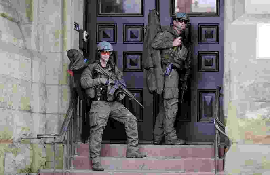 22.out.2014 - Batalhão especial da polícia canadense entra em ação no Parlamento do Canadá, em Ottawa, após tiros terem sido efetuados no local. Um policial foi atingido - Chris Wattie/Reuters