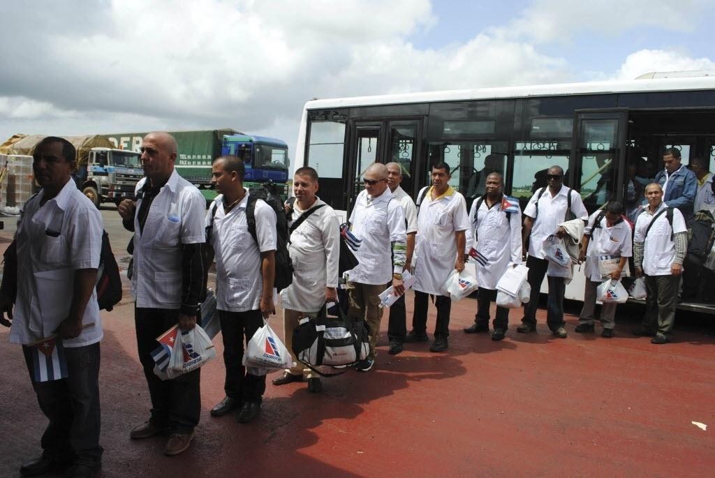 22.out.2014 - Equipe de cubanos chega ao Aeroporto Internacional Roberts, em Monróvia, na Libéria. No total, 50 médicos, enfermeiras e administradores foram enviados para ajudar o governo a combater o ebola