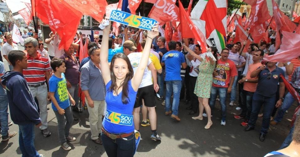 22.out.2014 - Militantes do PSDB provocam os militantes do PT durante discurso da presidente e candidata à reeleição, Dilma Rousseff (PT), em Uberaba (MG)