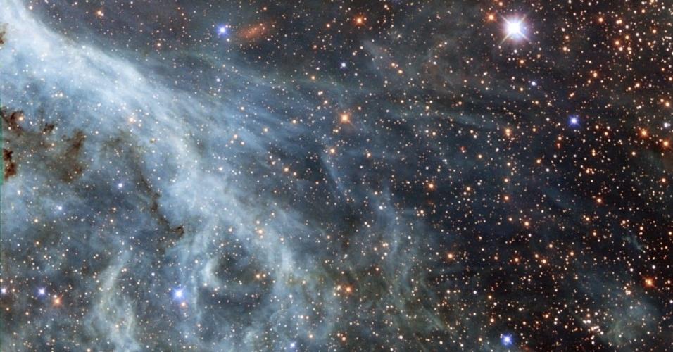 22.out.2014 - NEBULOSA DA TARÂNTULA - Telescópio Hubble da Nasa (agência espacial americana) registra uma parte da nebulosa da Tarântula, localizada na Grande Nuvem de Magalhães, que é uma pequena galáxia próxima da Via Láctea. Segundo a Nasa, ela é vista no céu como uma mancha desfocada
