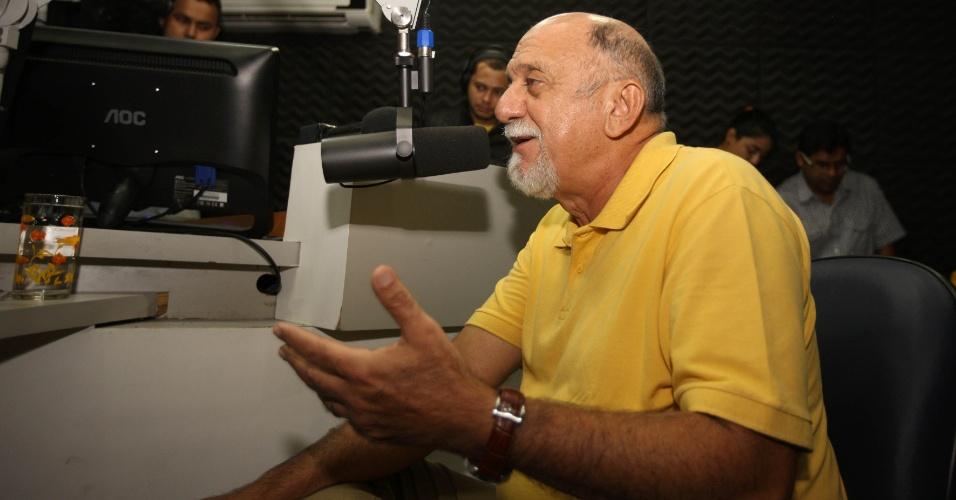 22.out.2014 - O candidato à reeleição pelo PSDB ao governo do Pará, Simão Jatene, participou de uma entrevista na rádio Mix FM nesta quarta-feira (22), em Belém, no Pará