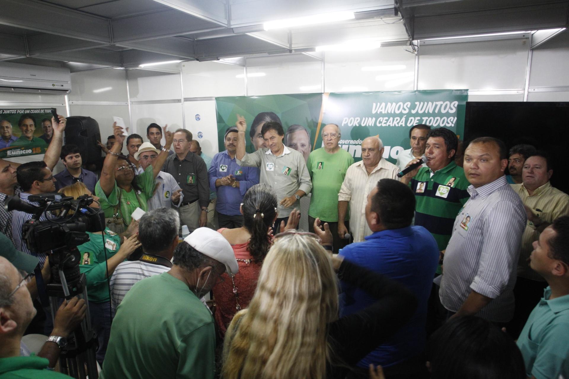 22.out.2014 - O candidato ao governo do Ceará do PMDB, Eunício Oliveira, participou de reunião no Comitê Central do partido, nesta terça-feira (21), onde recebeu apoio de vários líderes partidários. Membros do PSC, PTC, PTN, PDT, PEN, PTB e PMN estiveram presentes e confirmaram disposição de trabalhar e apoiar Oliveira nesta reta final eleitoral
