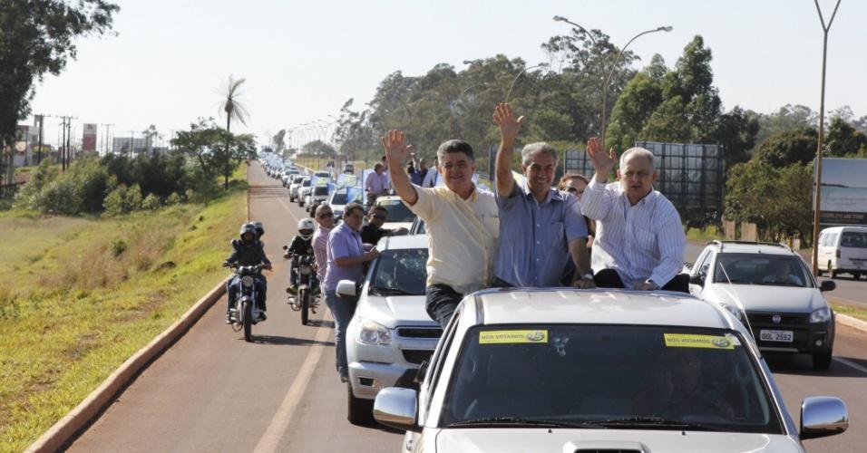 22.out.2014 - O candidato ao governo do Mato Grosso do Sul pelo PSDB, Reinaldo Azambuja (ao centro), participou de uma carreata em Ponta Porã na manhã desta quarta-feira (22). Azambuja, que terminou a votação do primeiro turno em segundo lugar, está numericamente à frente no segundo turno da disputa ao governo, com 51% dos votos válidos segundo pesquisa Ibope divulgada nesta segunda-feira (2o). Seu adversário, o senador Delcídio Amaral (PT), aparece com 49%