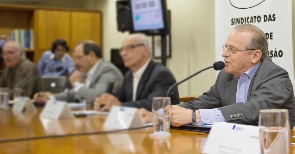 22.out.2014 - O governador do Rio Grande do Sul e candidato à reeleição, Tarso Genro (PT) (à dir.), participou de debate na Associação Gaúcha de Emissoras de Rádio e Televisão, em Porto Alegre, nesta quarta-feira (22). Pesquisa Ibope divulgada nesta terça-feira (21) indicou a liderança do candidato do PMDB, José Ivo Sartori, com 59% das intenções de voto, já o candidato do PT aparece com 41% dos votos válidos