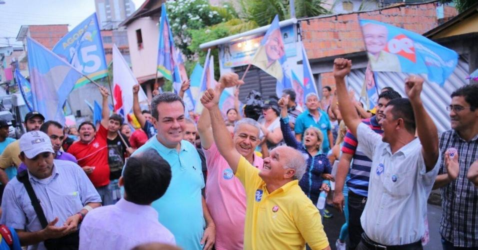 22.out.2014 - O governador do Amazonas e candidato à reeleição, José Melo (PROS) (ao centro de amarelo), caminhou pelas ruas de São Sebastião, no bairro Petrópolis, em Manaus, e cumprimentou eleitores nesta terça-feira (21). Pesquisa Ibope divulgada na sexta-feira (17), mostrou empate técnico entre Eduardo Braga (PMDB) e Melo. O candidato do PROS aparece na frente com 53% dos votos válidos, contra 47% de Braga