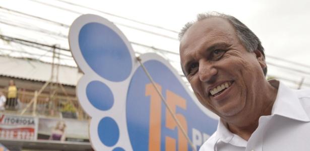 O governador do Rio de Janeiro, Luiz Fernando Pezão, em campanha pelas ruas de Itaboraí em outubro - Bruno de Lima/Agência O Dia/Estadão Conteúdo