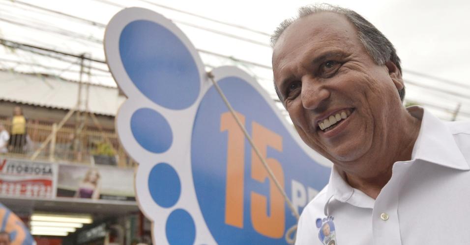 22.out.2014 - O governador do Rio de Janeiro e candidato à reeleição pelo PMDB, Luiz Fernando Pezão, faz campanha pelas ruas de Itaboraí (RJ). De acordo com pesquisa eleitoral divulgada nessa segunda-feira (20) pelo Ibope, Pezão lidera a disputa pelo governo do Estado com 56% das intenções de votos válidos. O candidato adversário, Marcelo Crivella (PRB), tem 44%