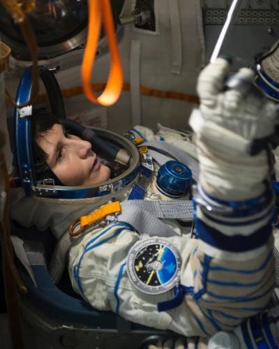 22.out.2014 - SIMULAÇÃO PARA ASTRONAUTAS - A astronauta da ESA (agência espacial europeia) Samantha Cristoforetti participa de simulação em uma cápsula da Soyuz, em Starcity, centro da Rússia que treina astronautas para voos espaciais tripulados. Cristoforetti irá embarcar para ficar seis meses na Estação Espacial Internacional no dia 23 de novembro