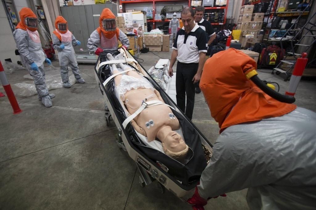 22.out.2014 - Voluntários que serão enviados à África para cuidar de vítimas do ebola nos próximos dias passam por treinamento em hospital em Paris, França