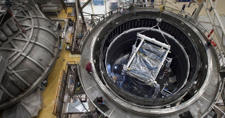 22.out.2014- NOVO TELESCÓPIO PARA REVELAR GALÁXIAS - Depois de serem submetidos a temperaturas extremamente geladas, como no espaço, por mais de 100 dias, os instrumentos do telescópio espacial James Webb saíram ilesos da câmara de vácuo térmico no Goddard Space Flight Center, em Greenbelt (Maryland), nos Estados Unidos. As imagens que serão obtidas pelo Webb irão revelar as primeiras galáxias que foram formadas há 13,5 bilhões de anos. O telescópio da Nasa (agência espacial americana) também conseguirá traspassar a nuvens de poeira interestelar para capturar estrelas e planetas