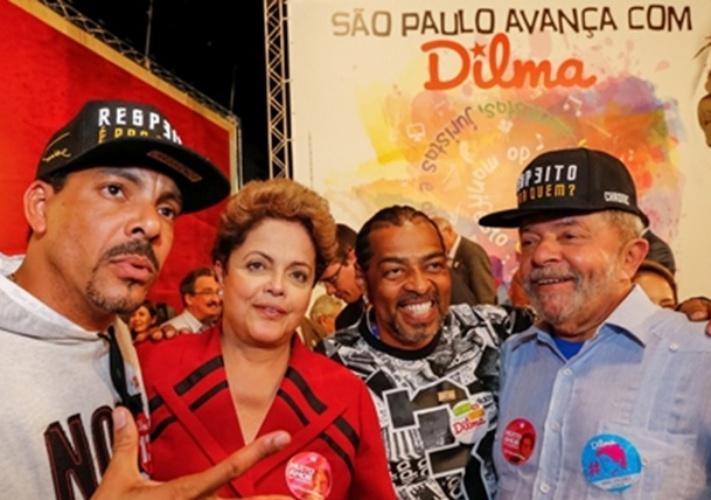 Dilma Rousseff (PT) posa para foto ao lado do ex-presidente Lula e dos rappers Dexter (esq.) e Thaíde (dir.), que participaram de ato em apoio a sua reeleição