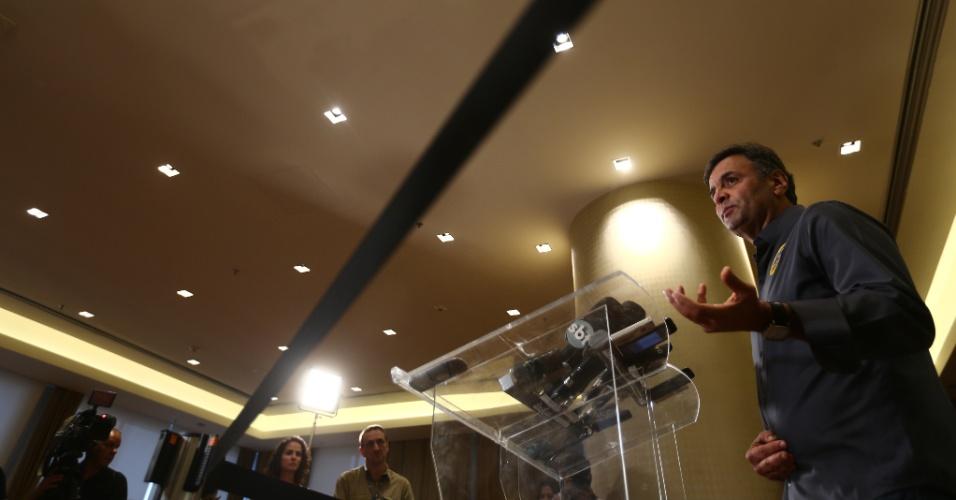 10.out.2014 - O candidato à Presidência da República pelo PSDB, Aécio Neves, concede entrevista coletiva no Hotel Sheraton Rio, em São Conrado, na zona sul da cidade do Rio de Janeiro