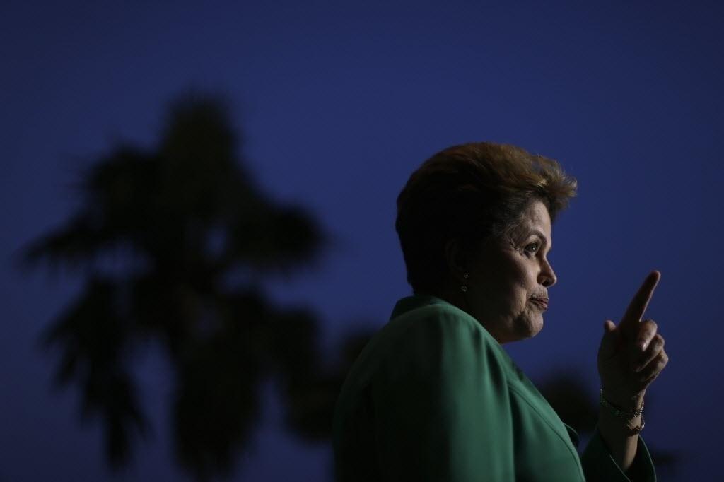 13.out.2014 - A presidente da República e candidata à reeleição pelo PT, Dilma Rousseff, concede entrevista coletiva no Palácio da Alvorada, em Brasília. Dilma ironizou a proposta adversário Aécio Neves (PSDB) de, se eleito, apoiar o fim da reeleição