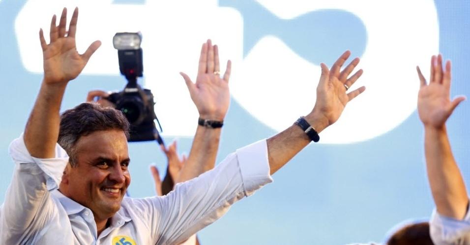 13.out.2014 - O candidato à Presidência da República pelo PSDB, Aécio Neves, participa de evento de campanha no Expo Unimed da Universidade Positivo, em Curitiba