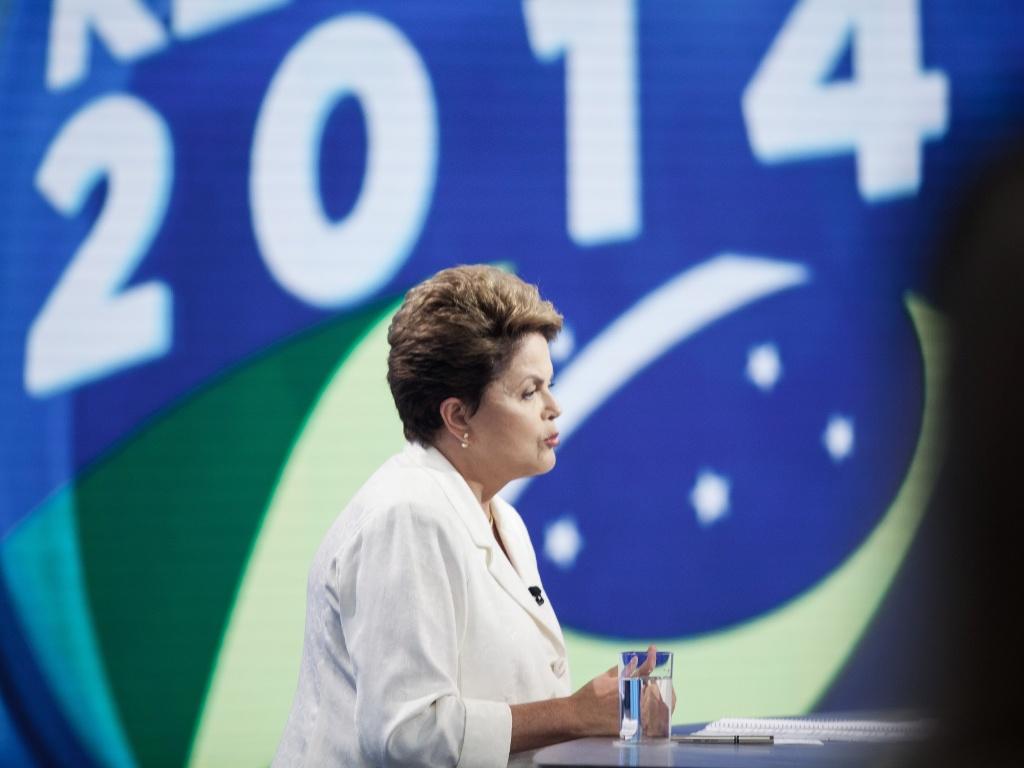 19.out.2014 - A presidente Dilma Rousseff, candidata à reeleição pelo PT, participa de debate do segundo turno dos candidatos à Presidência, promovido pela Record
