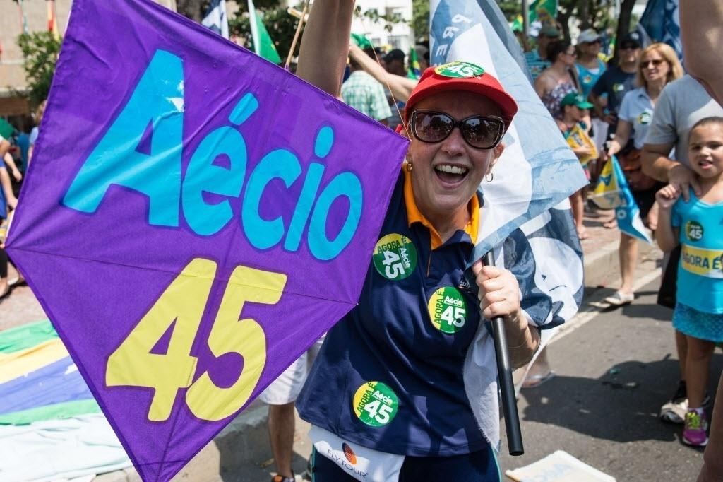 19.out.2014 - Apoiadora do candidato à Presidência da República pelo PSDB, Aécio Neves, participa de campanha do presidenciável em Copacabana, no Rio de Janeiro