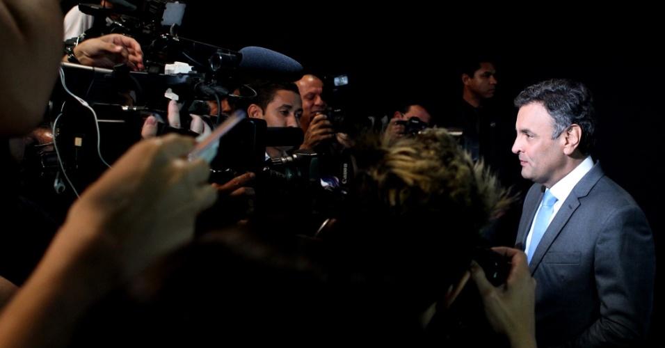19.out.2014 - O candidato à Presidência da República pelo PSDB, Aécio Neves, chega aos estúdios da TV Record para participar de debate com a presidente Dilma Rousseff (PT), em São Paulo