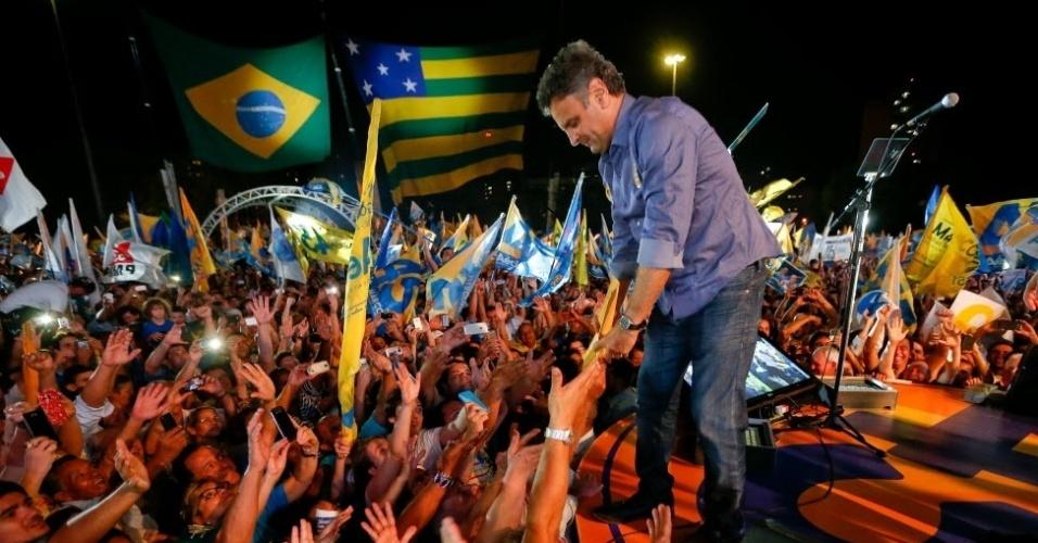 """21.out.2014 - O candidato à Presidência da República pelo PSDB, Aécio Neves, participa --ao lado do governador de Goiás e candidato à reeleição, Marconi Perillo (PSDB)-- de ato política em Goiânia. No mesmo dia, em Campo Grande, Aécio declarou que irá """"libertar o país do PT"""", e que """"não tem medo"""" dos adversários. """"Quero dizer a todos os brasileiros: comigo, não. Eu não tenho medo do PT. Vou vencer o PT"""", afirmou o candidato"""