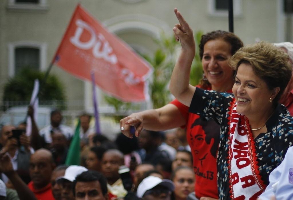 22.out.2014 - A presidente e candidata à reeleição, Dilma Rousseff (PT), fez campanha em Duque de Caxias, no Estado do Rio de Janeiro. De acordo com pesquisa Datafolha divulgada na segunda-feira, Dilma registrou 52% das intenções de votos válidos, enquanto o candidato Aécio Neves (PSDB) tem 48%. O resultado registra um empate técnico no limite máximo da margem de erro, de dois pontos