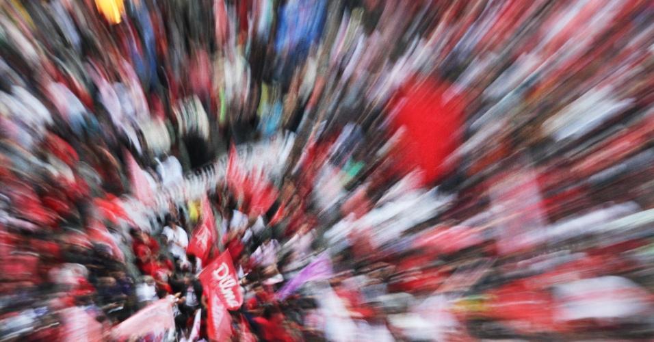 22.out.2014 - Militantes participam de ato em apoio à reeleição da presidente Dilma Rousseff (PT), na Cinelândia, no centro do Rio de Janeiro