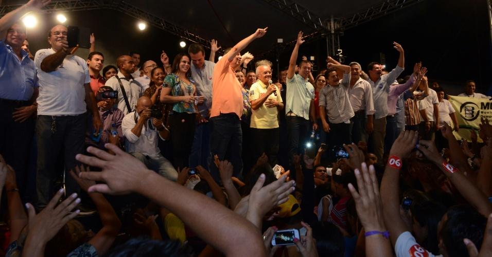 22.out.2014 - O governador do Amazonas e candidato à reeleição pelo Pros, José Melo (ao centro, de amarelo), faz o último comício da sua campanha, na zona leste de Manaus, nesta quarta-feira (22). Estiveram presentes o candidato a vice-governador, Henrique Oliveira (SD) e o senador eleito Omar Aziz (PSD)