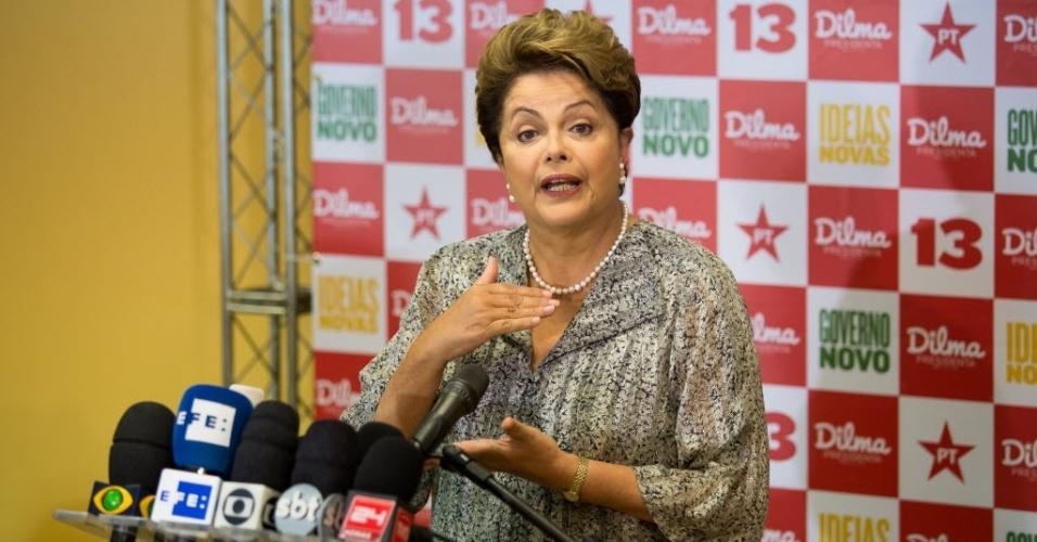 23.out.2014 - A presidente e candidata à reeleição, Dilma Rousseff (PT), concede entrevista a jornalistas na Barra da Tijuca, Rio de Janeiro. Pesquisas do Datafolha e do Ibope divulgadas nesta quinta-feira mostram pela primeira vez Dilma à frente de Aécio Neves (PSDB), fora da margem de erro. Dilma, que normalmente não fala sobre o resultado de pesquisas de intenções de voto, afirmou que acredita estar havendo uma