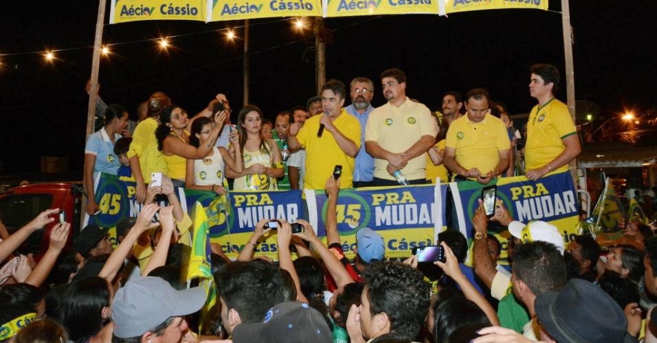 23.out.2014 - Cassio Cunha Lima (ao centro), candidato do PSDB ao governo da Paraíba, faz comício de campanha em Campina Grande na quarta-feira (22)